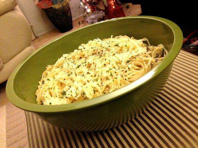 Vyvacious || Garlicky, Cheesy Pasta